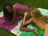 Schwarz weißer Lesben Outdoor Sex